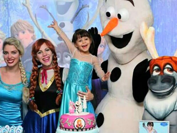 Trio que interpreta personagens do filme 'Frozen', da Disney, em festa de aniversário em Brasília (Foto: Nayara Bittencourt/Arquivo pessoal)