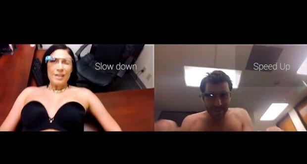 Óculos dá dicas durante a relação sexual em vídeo de sátira (Foto: Divulgação/MiKandi)