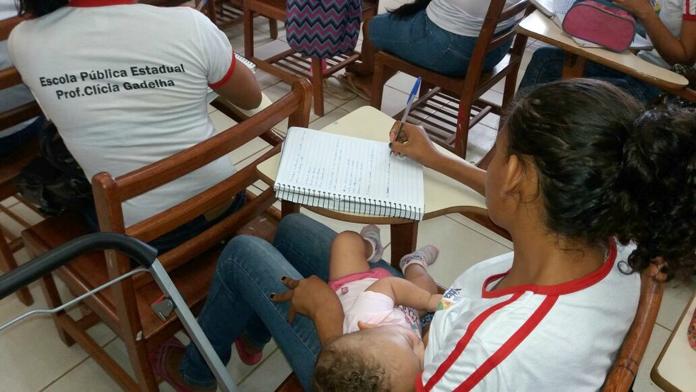 Aila amamenta criança dentro da sala de aula e diz que colegas e professores a apoiam para cuidar de bebê (Foto: Cynthia Karla/Arquivo Pessoal)