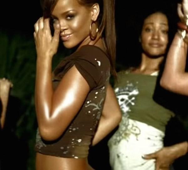 Shirlene Quigley ao fundo de uma apresentação de Rihanna (Foto: Reprodução)