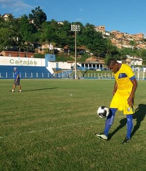 Ao fundo, o técnico Oliveira Canindé observa o novo atacante azulino (Foto: Augusto Oliveira / GloboEsporte.com)