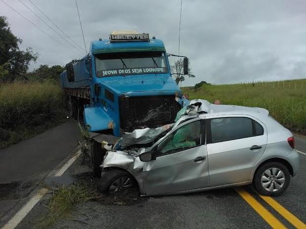 Veículo ficou destruído após acidente em Messias (Foto: Helton Santana/Arquivo Pessoal)