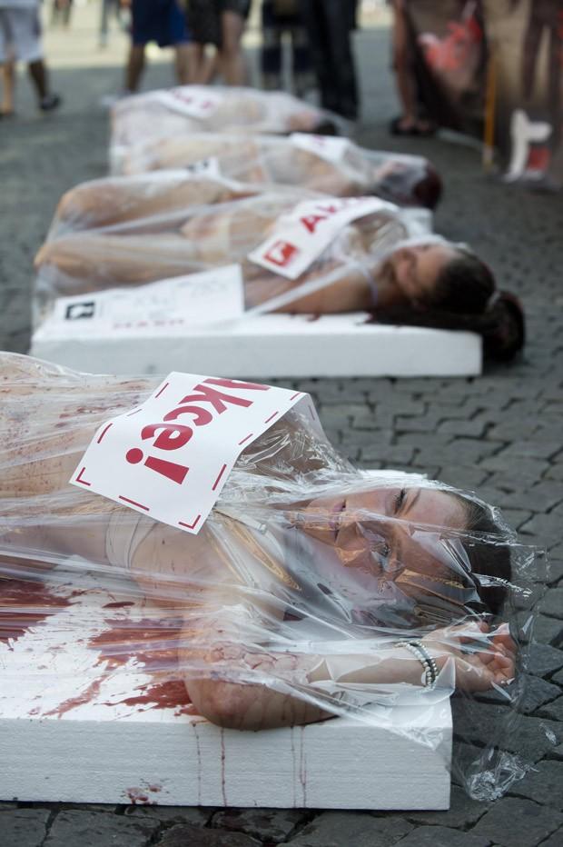 Manifestação fez parte de evento contra exploração dos animais (Foto: AP Photo/CTK, Vit Simanek)
