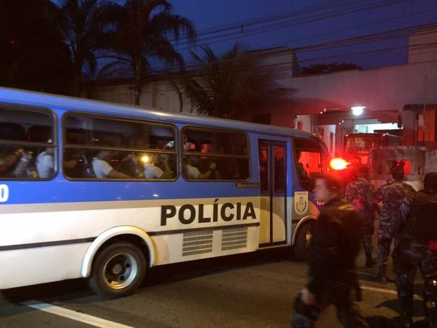 Um dos cinco ônibus com PMs transferidos do BEP chega a Niterói (Foto: Marcelo Elizardo/G1)
