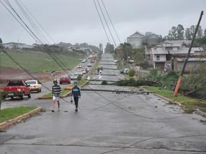Postes foram derrubados e população enfrenta falta de luz (Foto: Divulgação/Prefeitura Tapejara)
