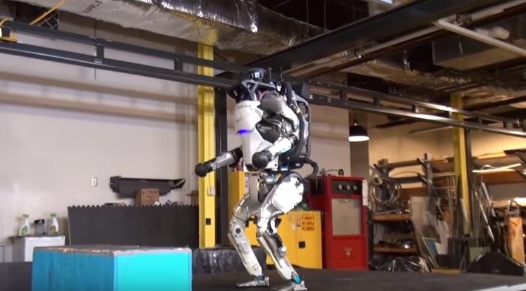 Robô humanoide realiza novos testes (Foto: Reprodução/Youtube)