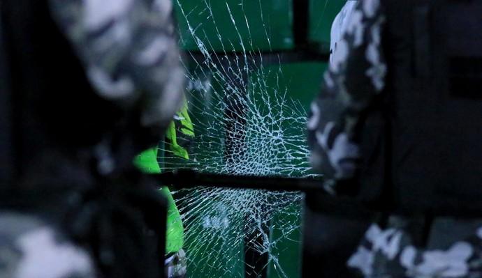 Vidro quebrado Figueirense x Grêmio (Foto: Luiz Henrique/Figueirense FC)
