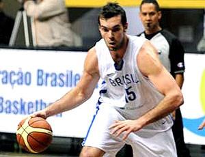 Murilo Becker no treino de basquete (Foto: Fernando Gomes / Divulgação CBB)