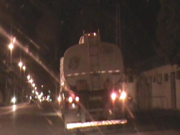Caminhões fazem esquema durante a noite (Foto: Reprodução / TV TEM)