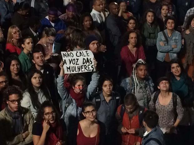 Manifestante com cartaz em protesto a favor de Dilma na Paulista (Foto: Glauco Araújo/G1)