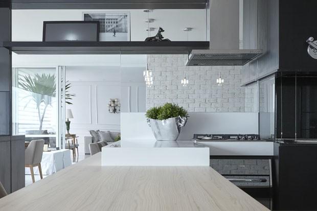 Mix clássico e contemporâneo no apartamento de 378 m² (Foto: Marcos Fertonani/Divulgação)