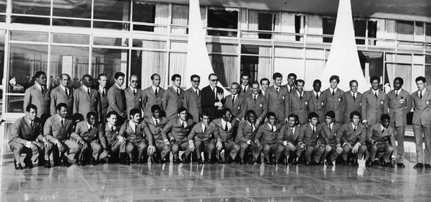 Seleção de 70 posa ao lado de Médici (Foto: Hulton Archive/ Getty Images)