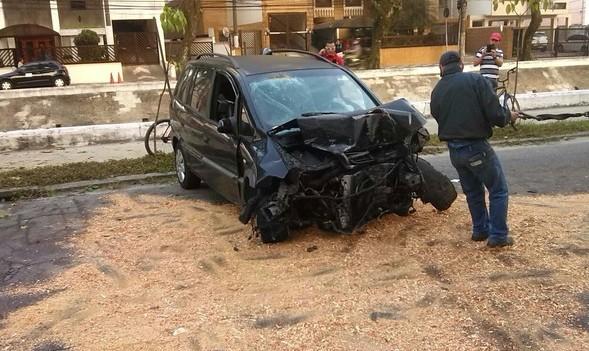 Veículo usado pelos criminosos bateu em caminhão parado na rua (Foto: Divulgação/Polícia Militar)