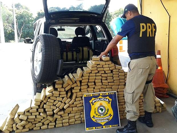 PRF apreendeu 300 quilos de droga em Cáceres, MT. (Foto: Assessoria/PRF)