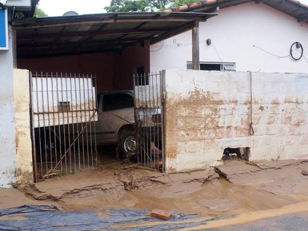 Água invadiu casas em Itaóca, no Vale do Ribeira, interior de São Paulo (Foto: Gilmar dos Santos Araujo / VC no G1)