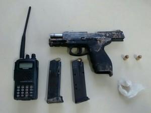 Arma usada pelos suspeitos é de uso exclusivo da polícia (Foto: Polícia Militar/Divulgação)