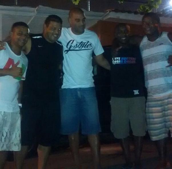 Adriano comemora aniversário com amigos