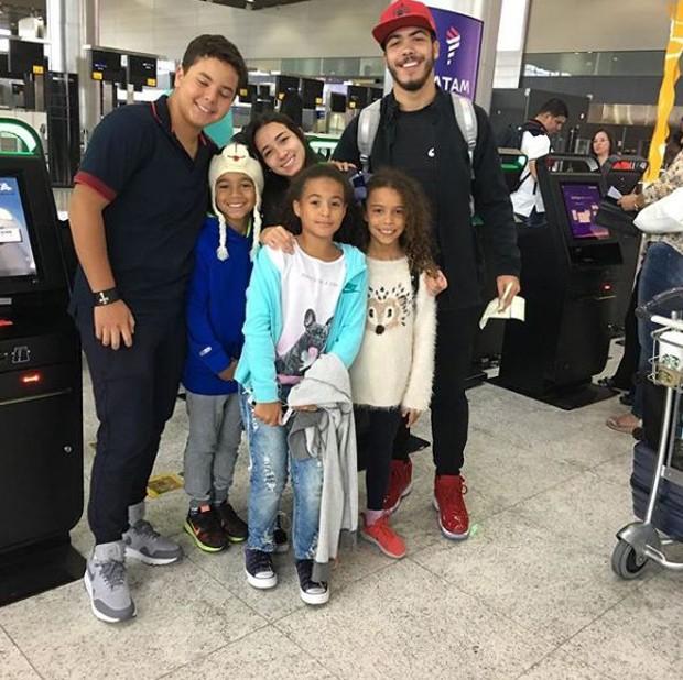Registro dos netos feito por Sônia Nazário no aeroporto (Foto: Reprodução/Instagram)