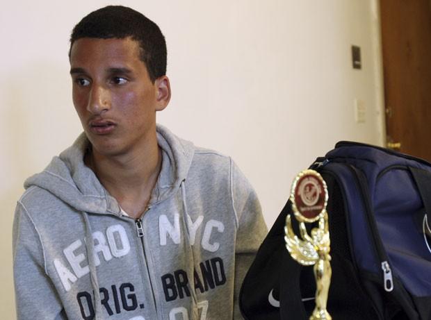 Apontado como suspeito por jornal, Salah Eddin Barhoum, de 17 anos, disse que tem medo de sair de casa. (Foto: Rodrique Ngowi/AP)