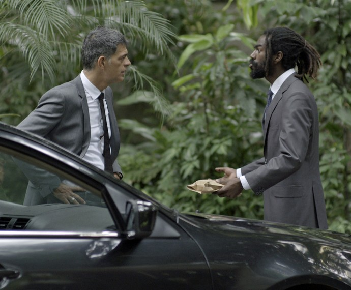 Orlando e capanga da facção criminosa são vistos conversando (Foto: TV Globo)
