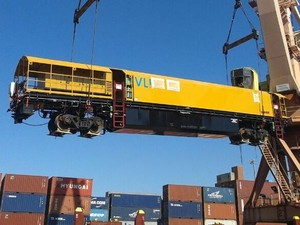 Esmerilhadora é desembarcada no porto de Vilha Velha (ES) (Foto: Ricardo Welbert/G1)