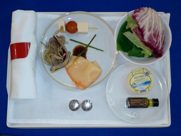 A entrada da refeição na classe executiva: carpaccio de peixe-espada, salada de shitale, espetinho de tofu com tomate cereja e salada verde (Foto: Lilian Quaino/G1)