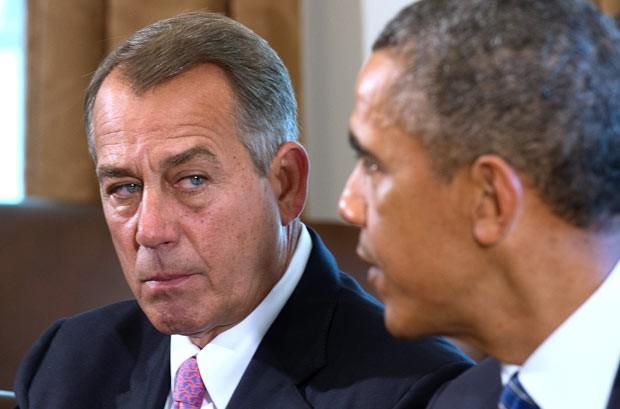 O presidente da Câmara dos EUA, republicano John Boehner, ouve o presidente Barack Obama durante encontro nesta terça-feira (3) na Casa Branca (Foto: AFP)