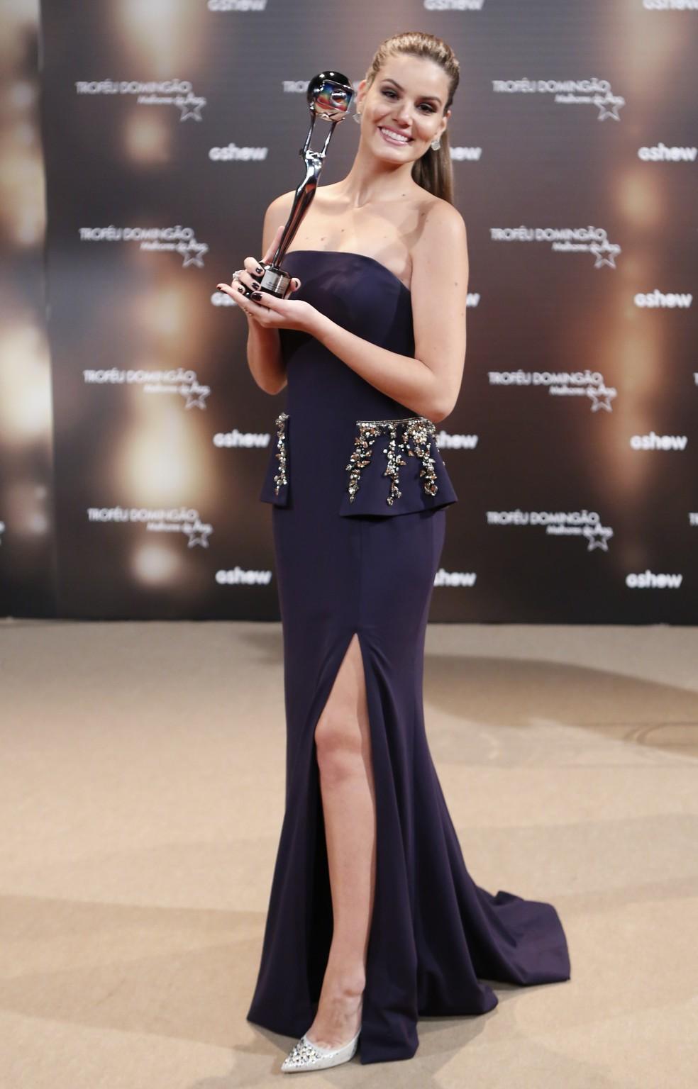 Camila Queiroz com o prêmio de Atriz Coadjuvante  (Foto: Ellen Soares/Gshow)