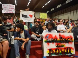 Manifestantes foram à Câmara pressionar vereadores por veto a projeto de lei que isenta ISS de empresas (Foto: Rodolfo Tiengo/G1)
