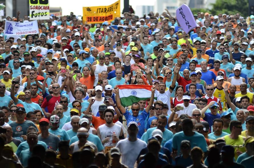 Milhares de corredores participam da 90ª edição da Corrida Internacional de São Silvestre, com largada na Avenida Paulista, em São Paulo