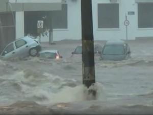 Cinco carros foram arrastados de uma só vez durante chuva em Piracicaba (Foto: Reprodução/EPTV)