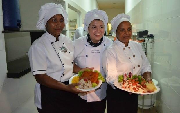 Chef de cozinha Cléo Ressetti entre participantes do festival (Foto:  Magda Oliveira/G1)