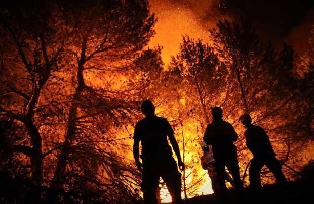 Bombeiros trabalham contra incêndio em Torre de Macanes, perto de Alicante, nesta segunda (13) (Foto: AFP)