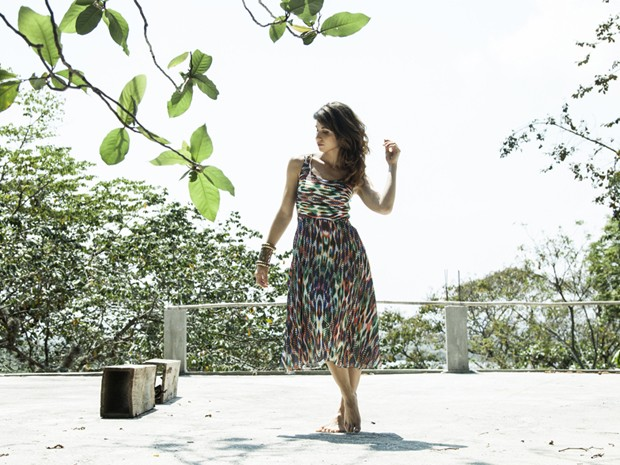 Linda e charmosa, Chandelly posa de pés descalços, em meio à natureza (Foto: Marcelo Correa)
