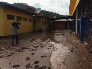 Escola de Rolante ficou tomada de lama após enxurrada (Foto: Nathalia Fruet/RBS TV)