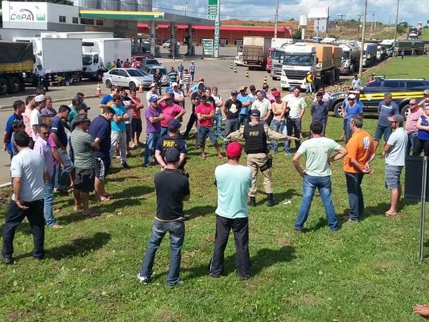 Manifestantes conversam com policiais rodoviários na BR-277, em Guarapuava (Foto: Divulgação/PRF)