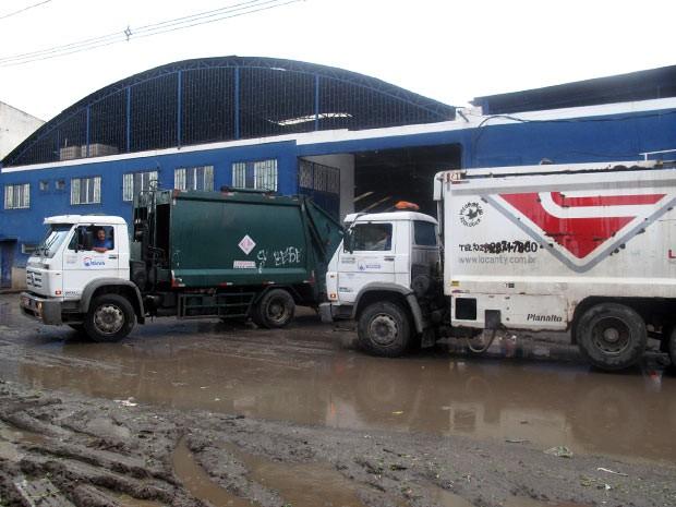 Caminhões compactadores deixam o lixo dentro do galpão (Foto: Bernardo Tabak/G1)