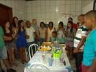 Famílias desabrigadas de Mariana voltam ao local para ceia emocionante