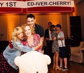 Ed Sheeran beija a namorada, Cherry Seaborn, ao fundo da imagem (Foto: Reproduo/Instagram)