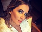 Deborah Secco faz selfie de roupão e recebe elogios de fãs