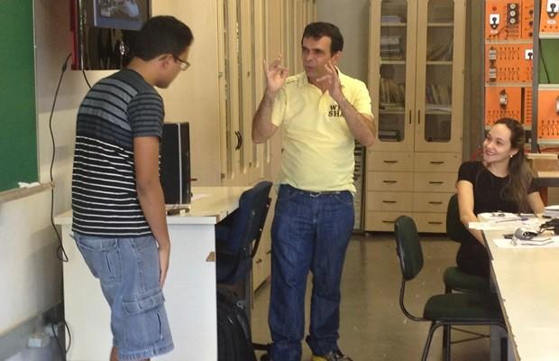 Luiz interage com alunos o tempo todo durante as aulas de Libras (Foto: Fernanda Borges/G1)