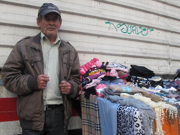 O aposentado Manuel dos Santos trabalha como ambulante para complementar renda (Foto: Gabriela Gasparin/G1)