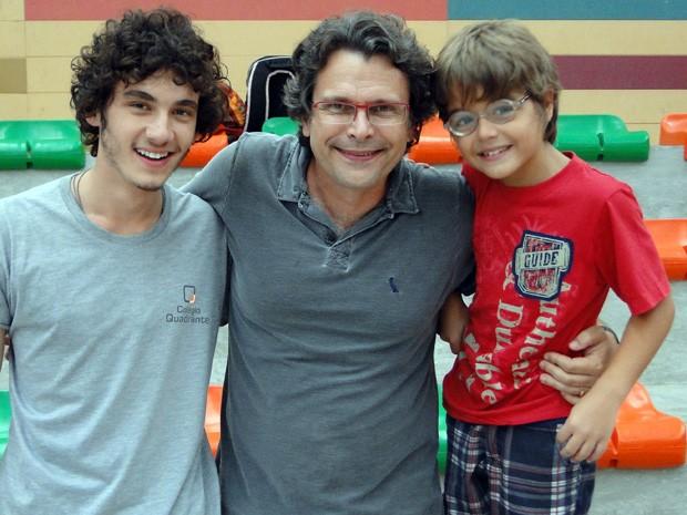 Junto do diretor geral de Malhação, Luis Henrique Rios, e Xande Valois, o Tico (Foto: Malhação / TV Globo)