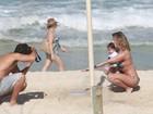 Deborah Secco e Hugo Moura curtem praia com a filha, Maria Flor, no Rio