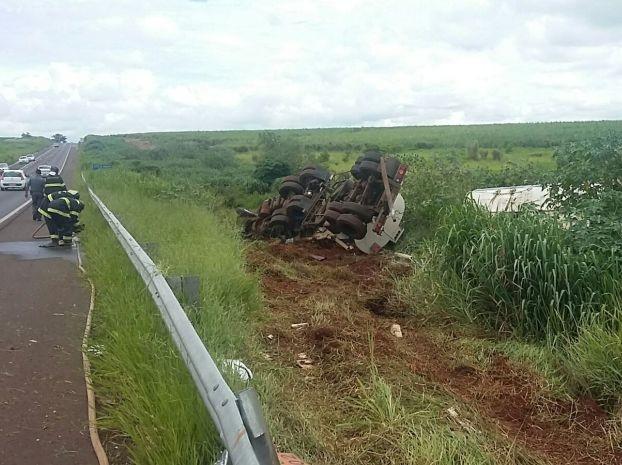 Caminhão tombou na rodovia (Foto: Base de Apoio Polícia Rodoviária / Divulgação)