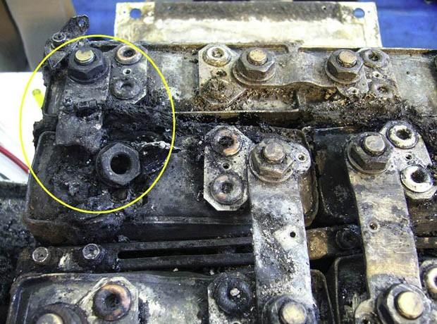 Imagens divulgadas nesta terça (5) mostram as baterias do Boeing 787 danificadas (Foto: Japan Transport Safety Board/AFP)