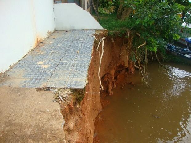 Desbarrancamento da margem do Rio Madeira, em Calama, vem sendo percebida ao longo dos anos no distrito (Foto: Defesa Civil/Divulgação)