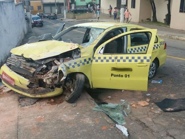 Táxi acidente Furtado de Menezes Juiz de Fora (Foto: Polícia Militar/ Divulgação)