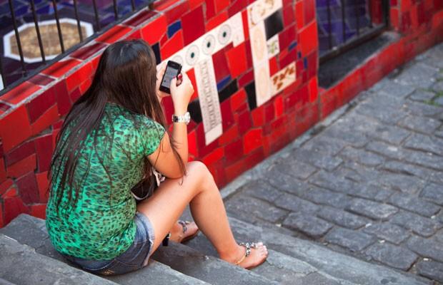 Jovem usa smartphone. (Foto: Divulgação/Ericsson)