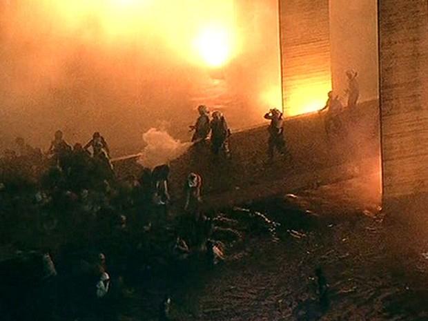 Brasília - Manifestantes tentam invadira o prédio do Itamaraty (Foto: Reprodução/GloboNews)